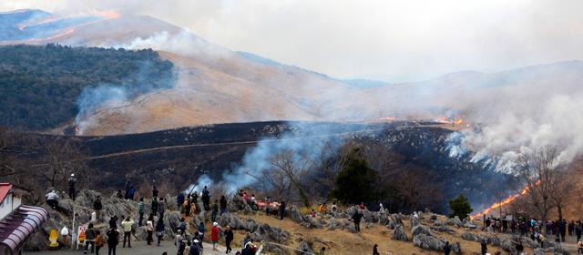 秋吉台の山焼き。多くの見物客が集まった=美祢市