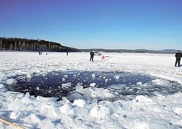 ロシア・チェリャビンスク近郊のチェバルクリ湖。隕石片が落下し、氷に穴があいた=2013年2月17日