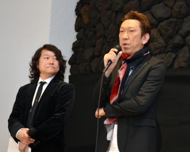 オーディションを企画した多胡邦夫さん(左)と無料ライブなどについて話す布袋寅泰さん=高崎市あら町
