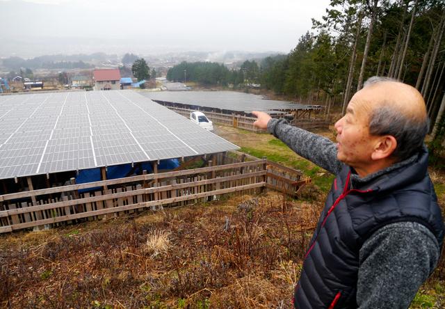 太陽光発電施設への反対運動で訴訟を起こされた土生田勝正さん。奥の住宅の1軒に住んでいる=長野県伊那市