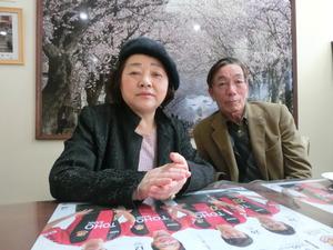 避難先の福島市でインタビューに答える鈴木洋子さんと康弘さん