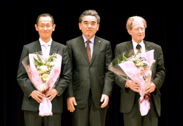 (左から)山中伸弥教授、越智光夫学長、ジョン・ガードン博士=東広島市鏡山