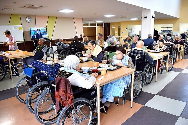 特別養護老人ホームかわうちでは、入居者がホールに集まり一緒に食事をする。全員メニューは同じでも、状態に応じて流動食やとろみのついた形態にアレンジして出される=福島県川内村