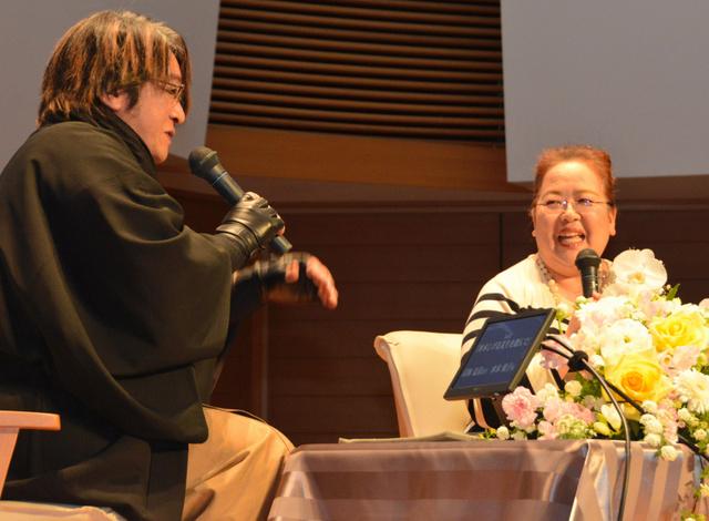 水木さんの思い出を京極夏彦さん(左)と話す次女悦子さん=境港市中野町