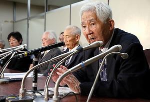 再審請求が棄却された後、会見する砂川事件元被告の土屋源太郎さん=関田航撮影