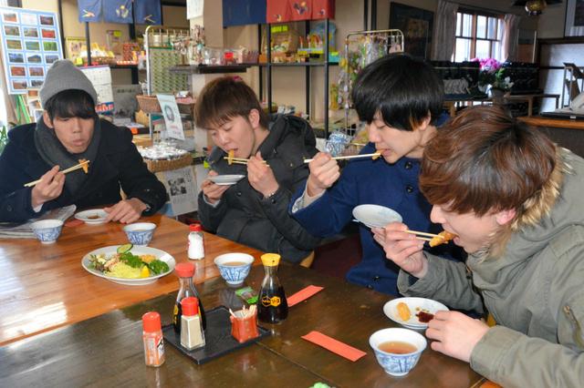 赤城大沼の近くでワカサギを食べる大学生ら=前橋市富士見町赤城山