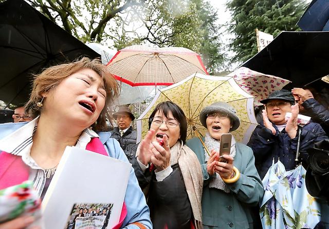 運転差し止めの仮処分決定の知らせを受け、歓声を上げて喜ぶ住民たち=9日午後3時43分、大津市、佐藤慈子撮影
