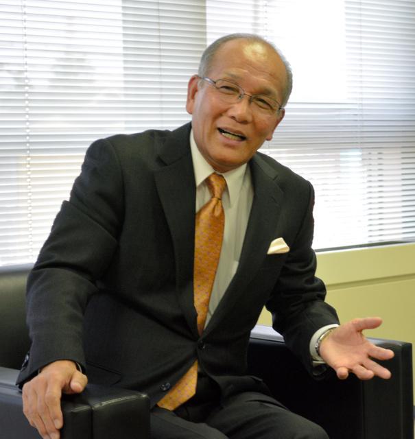 インタビューに応じる室戸英夫さん=2014年11月21日、北方町役場