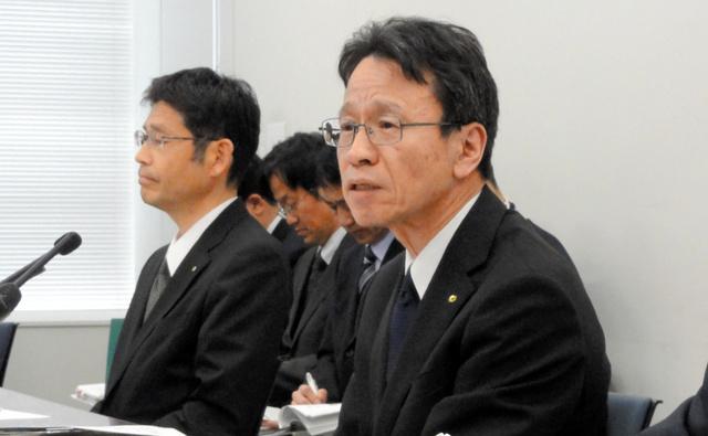 記者会見で質問に答える関西電力の岩根茂樹副社長(右)=11日、大阪市
