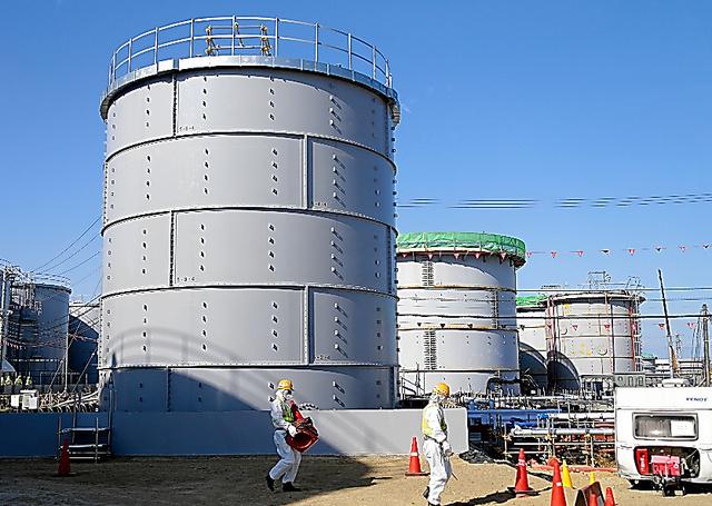 鋼板をボルトでつなぎあわせた「フランジ型」のタンク。漏れるリスクがあるが、より安全な溶接型タンクの建設が汚染水の増加に追いつかず、引き続き使わざるを得なくなっている=2月、福島第一原発、杉本康弘撮影