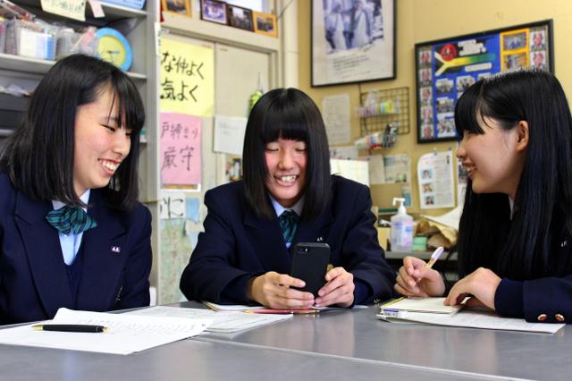 大内さんと電話で話す高橋和さん(中央)ら=2月27日、広島県福山市、盈進中高提供