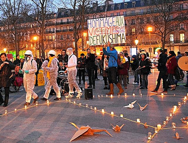 東日本大震災の犠牲者を悼み、脱原発を訴えたパリ・レピュブリック広場での集会=11日、青田秀樹撮影