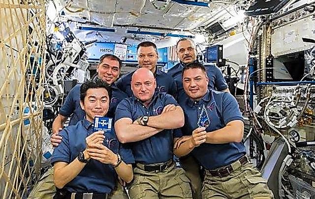 国際宇宙ステーションで、宇宙飛行士滞在15周年を祝う油井亀美也飛行士(左前)、スコット・ケリー飛行士(中前)ら第45次長期滞在クルー=2015年11月3日、JAXA/NASA提供