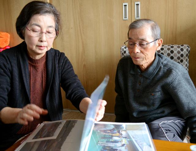 被災した状況を説明する佐藤美紀子さんと重雄さん=仙台市、島康彦撮影