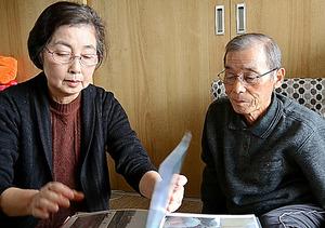 被災した状況を説明する佐藤美紀子さんと重雄さん=仙台市
