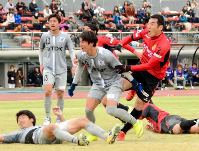 同点のシュートを放った直後の茂木弘人選手(右)=とうほう・みんなのスタジアム