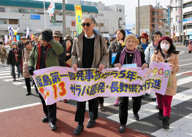 約800人が参加したデモ行進。小出裕章さん(前列左から2人目)が先頭を歩いた=松本市の松本駅前