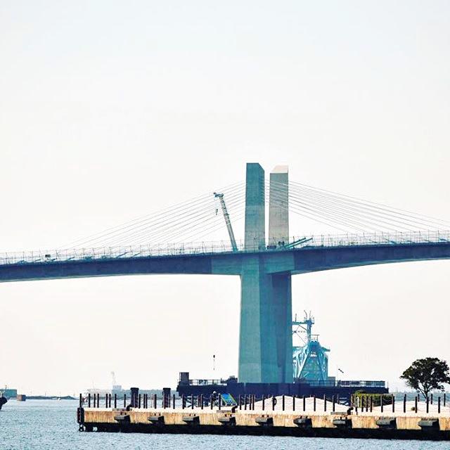 山崎さんがインスタグラムに投稿した写真。いわき市の「いわき・ら・ら・ミュウ」からは建設中の橋が見える