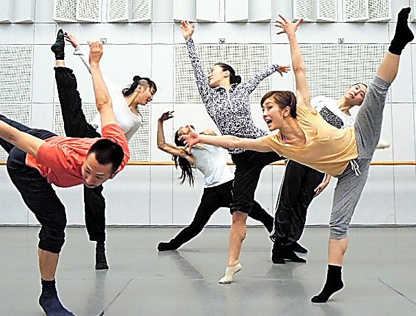 平山素子(右から3人目)とダンサーたち