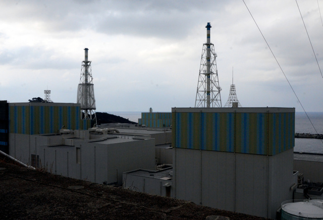 昨年3月に廃炉が決まった島根原発1号機(右手前)。左が2号機、中央奥が3号機=松江市鹿島町