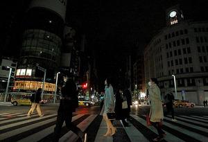 〈停電に備え〉 デパートや小売店、飲食店などが停電に備えて早めに閉店し、街は暗くなった=2011年3月17日午後7時9分、東京・銀座4丁目交差点、越田省吾撮影