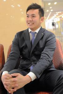 インタビューに笑顔で答える山崎投手=東京都品川区
