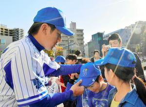 小学生に帽子をプレゼントする三浦大輔投手