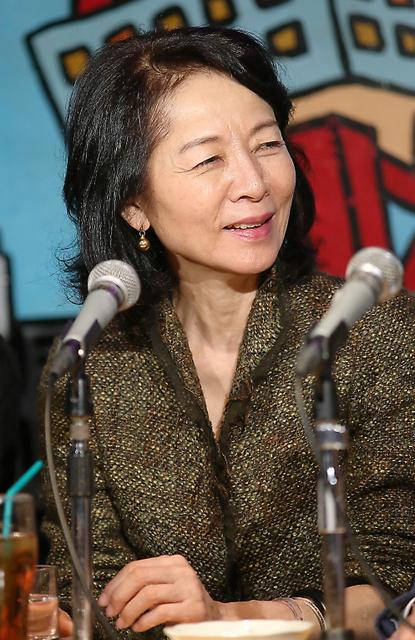 ラジオ番組のイベントで語る木内みどりさん。4月から始まる「市民のための自由なラジオ LIGHT UP!」は番組ウェブサイトで聴ける=東京都新宿区、早坂元興撮影