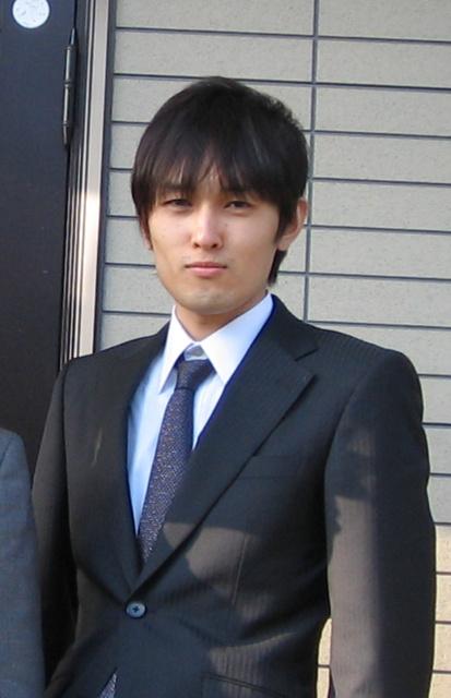 08年に就職が決まり、スーツ姿で記念写真を撮った=広田さん提供
