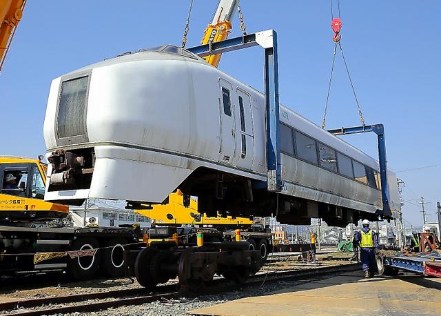 撤去されるJR常磐線の特急「スーパーひたち」の車両=17日午前10時49分、福島県南相馬市