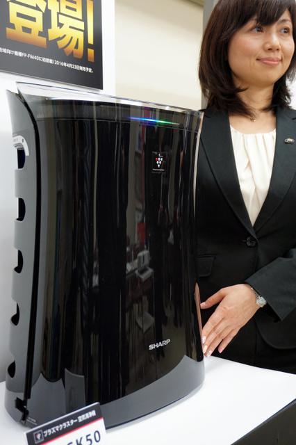 シャープが発売する空気清浄機は蚊取り機能が搭載されている=大阪市北区
