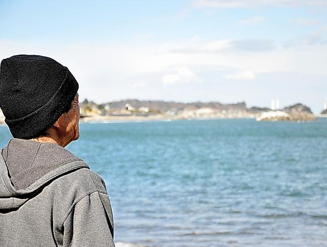 故郷の海を眺める元漁師の男性=福島県内