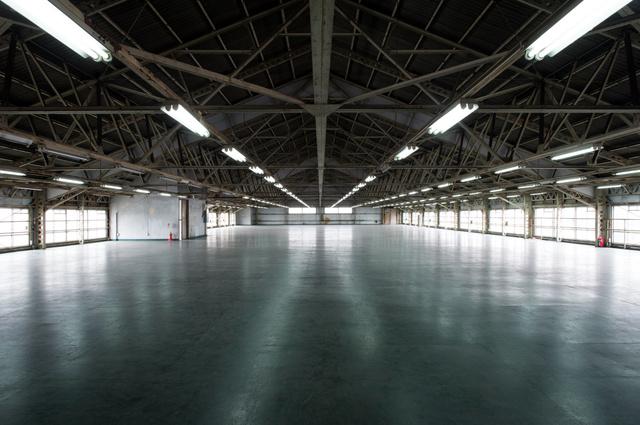 かつての現図工場。蛍光灯の位置が低い