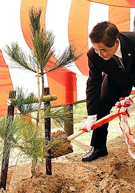一本松の苗木「ケナゲ」の植樹で、根元に土をかける小山芳弘さん=島根県出雲市大社町