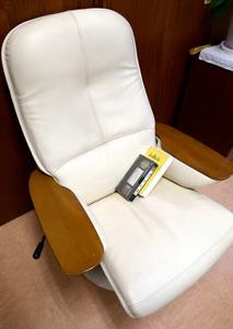 事故で亡くなった男性が愛用していた椅子と、くり返し見ていたプロレスのビデオ。椅子は1日の大半を過ごしていた南向きの部屋に置かれ、事故当日も腰掛けていたという=2月下旬、愛知県大府市