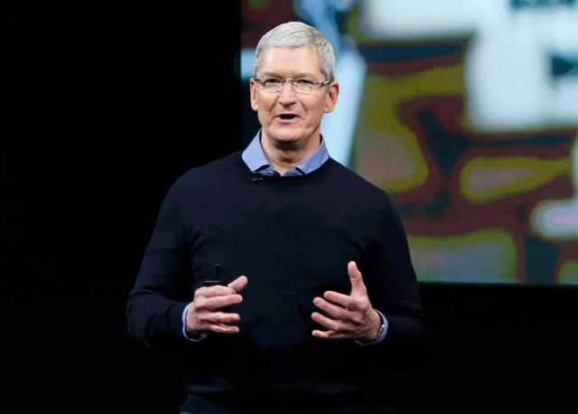 21日、アップル本社で開かれた発表会でスピーチするティム・クックCEO=ロイター