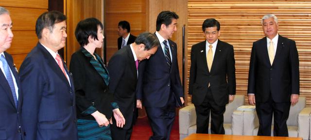 閣議に臨む安倍晋三首相(中央)=22日午前7時59分、首相官邸、飯塚晋一撮影