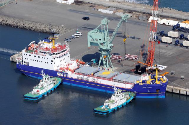 プルトニウムなどを運ぶとみられる輸送船=22日午前9時51分、茨城県東海村、朝日新聞社ヘリから、堀英治撮影
