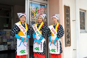 右から「かなや茶娘大使」の河村愛子さん、小坂沙羅さん、杉村智美さん=静岡県島田市金谷新町