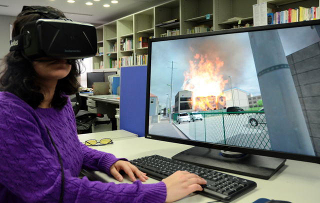 東京大学の加藤孝明准教授は仮想現実(VR)を活用し、火災発生時の人々の避難行動を検証している=東京都目黒区