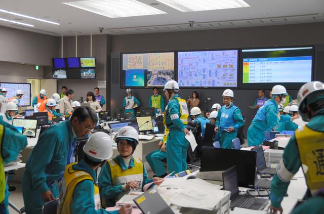 総合訓練で緊急時対策本部が設けられた免震重要棟=松江市鹿島町