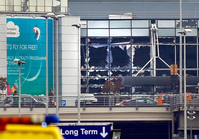 22日、爆発でガラスが割れたブリュッセル空港の建物=ロイター