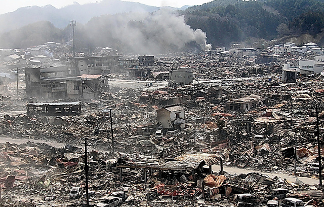津波と火災で壊滅的な被害を受けた岩手県の被災地(2011年3月14日、山田町で撮影)