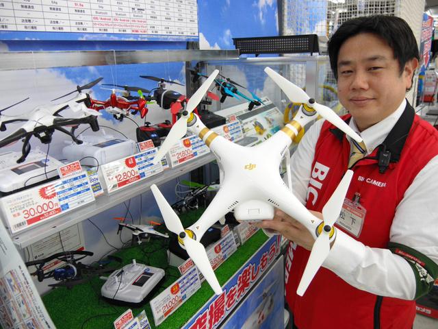 売り場には大小様々なドローンが並ぶ=大阪市中央区のビックカメラなんば店