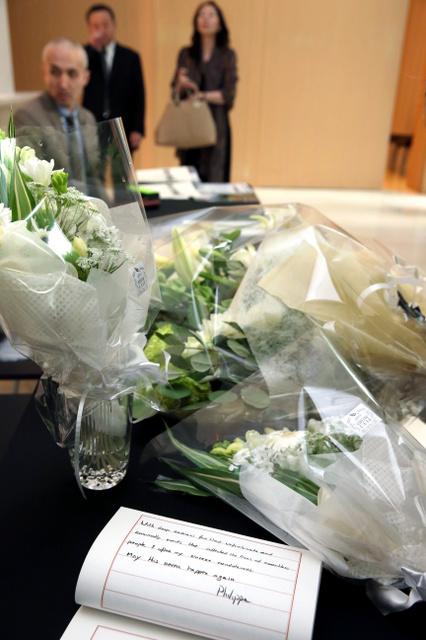 ブリュッセルでの連続テロを受け、23日午後、東京都千代田区のベルギー大使館には、記帳台が設けられた。各国大使館関係者らが次々と訪れ、花を持参する人もいた。「このような出来事が二度と起きないように祈ります」との言葉が書かれていた=23日午後5時22分、池永牧子撮影