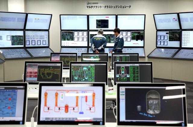 報道関係者に公開された、原発事故対応訓練用シミュレーター=23日午後、東京都港区、岩下毅撮影