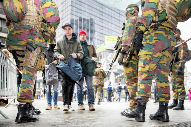 通行人が行き交うブリュッセルで23日、軍の兵士が警戒していた=AFP時事