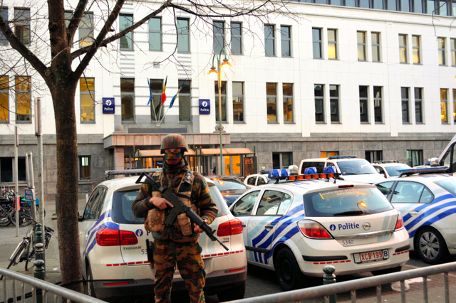 ブリュッセル西部モランベーク地区中心部の警察署は警備が強化され、周囲は防護柵が張られていた=青田秀樹撮影