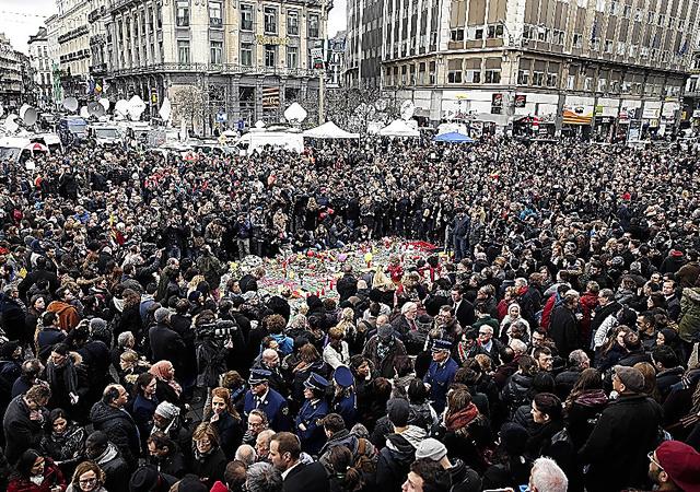 <悲劇悼む>ブリュッセル中心部の広場に設けられた追悼の場では23日、多くの人々が犠牲者のために1分間の黙祷(もくとう)を捧げた=AFP時事。ロイター通信などによると、1千人以上が集まり、祈りの後に自然に拍手が巻き起こった
