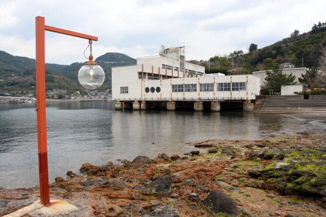 旧赤崎小学校と「灯台ポスト」=熊本県津奈木町福浜